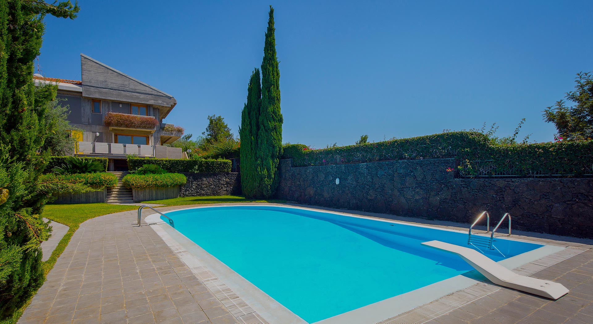 Esclusiva villa su pi piani con piscina in vendita a s for Piani del cortile con piscine