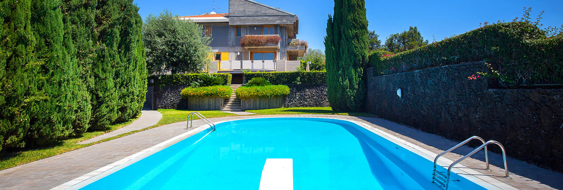 Esclusiva villa su pi piani con piscina in vendita a s for Piani di cabina di tronchi di 2 camere da letto