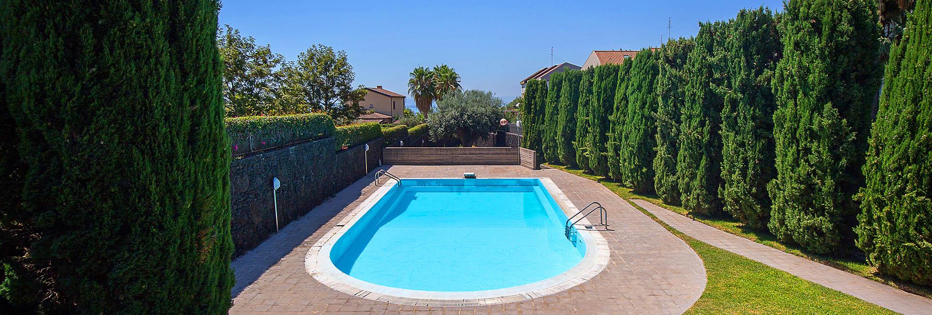 Villa 4 piani con piscina 4 le ville di cerza for Piani del cortile con piscine